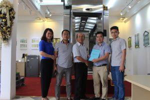 Gia đình chị Hạnh ký hợp đồng lắp đặt thang máy